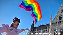 Eine Drag Queen schwenkt eine Regenbogenfahne auf einer LGBT-Rechte-Demonstration vor dem ungarischen Parlament. Tausende Menschen haben hier gegen ein geplantes Gesetz demonstriert, das die Informationsrechte und den Schutz von homosexuellen und transsexuellen Jugendlichen einschränken würde. Zu der Kundgebung hatten Menschenrechtsorganisationen und Vereinigungen der LGBT-Gemeinde aufgerufen. +++ dpa-Bildfunk +++