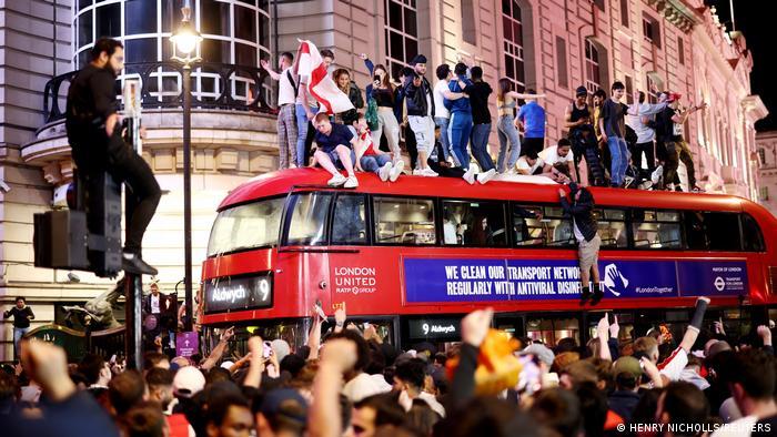 İngiltere'nin 7 Temmuz'da Danimarka'yı yendiği yarı final karşılaşmasından sonra başkent Londra'da kutlama yapan taraftarlar