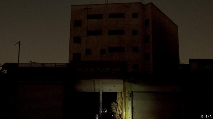 همزمان حسین رحیمی، رئیس پلیس تهران در گفتوگو با خبرگزاری برنا از بهکارگیری تعداد بیشتری نیروی پلیس راهور به دلیل افزایش موارد سرقت در خاموشیها خبر داد. همچنین باند سارقان کابلهای برق نیز کسبوکارشان در خاموشیها رونق پیدا کرده است. او گفت، سارقان عمدتا معتاد هستند و به گفته خودشان با فروش کابل به زبالهگردها هزینه یک روز مواد مخدرشان تامین میشود.