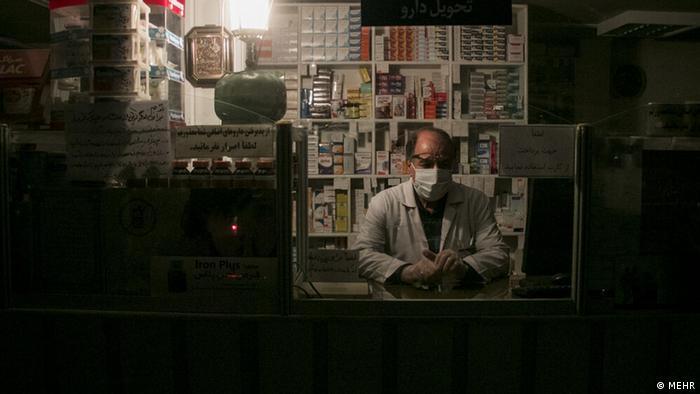 علی فاطمی، نایبرئیس انجمن داروسازان ایران میگوید، با قطع برق داروهایی که در قفسه نگهداری میشوند ممکن است آسیب ببینند. چرا که دمای هوا به بالای ۲۵ درجه سانتیگراد میرسد و نگهداری دارو در قفسهها دچار مشکل میشود. او تأکید کرد: «زنجیره سرما باید برای داروهای یخچالی حفظ و رعایت شود اما متأسفانه قطعی برق سبب ایجاد مشکل و افزایش احتمال آسیب دیدن داروهای یخچالی میشود.»