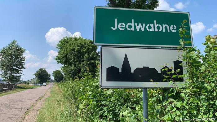 Cartel de llegada a Jedwabne, en Polonia.