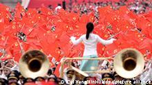 01/07/2021 Menschen nehmen an einer Zeremonie auf dem Platz des Himmlischen Friedens anlässlich des 100. Jubiläums der Kommunistischen Partei Chinas teil. Chinas Staats- und Parteichef Xi Jinping hat die absolute Führungsrolle der Kommunistischen Partei unterstrichen. Bei einer Massenveranstaltung zum 100. Geburtstag der KP Chinas auf dem Platz des Himmlischen Friedens in Peking sagte Xi Jinping am Donnerstag: «Wir müssen die Führung der Partei aufrechterhalten. Chinas Erfolg hängt von der Partei ab.» +++ dpa-Bildfunk +++