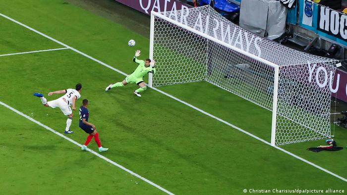 تیم ملی فوتبال آلمان که در با فرانسه، پرتغال و مجارستان در گروه مرگ قرار گرفته بود، در نخستین دیدار مرحله گروهی مغلوب فرانسه شد. تگگل این دیدار گلبهخودی ماتس هوملز (شماره ۵)، مدافع آلمان بود که با حرکت ناموفق خود شکست تیمش را رقم زد. آلمان با پیروزی بر پرتغال و تساوی مقابل مجارستان توانست به یکهشتم نهایی صعود کند.