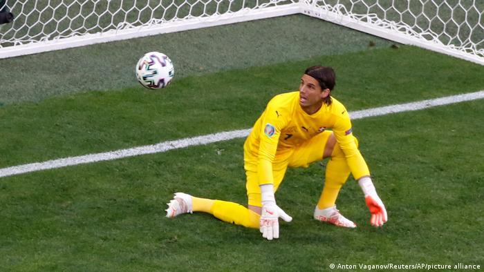 البته یان زومر، دروازهبان سوئیس که از ستونهای اصلی تیمش بود، در دور یکچهارم نهایی نتوانست مانع از شکست ۳ بر یک تیمش مقابل اسپانیا شود. تصویری از یکی از گلهای اسپانیا مقابل سوئیس که توسط جردی آلبا به ثمر رسید.