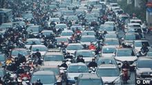 Magazin Global 3000 (12.07.2021) Vietnam Stau Luftverschmutzung Stau, verstopfte Straßen und Verkehrschaos in Vietnam. Der motorisierte Verkehr nimmt immer mehr zu und die Städte der Welt drohen daran zu ersticken.