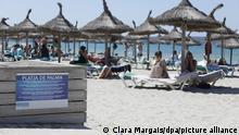 26/06/2021*** Touristen sonnen sich am Strand von Arenal. Die Maskenpflicht wurde in Spanien erheblich gelockert. Mund-Nasen-Schutz muss im Freien nicht mehr immer und überall getragen werden.
