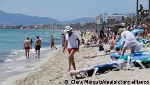 26/06/2021*** Touristen halten sich am Strand von Arenal in Palma de Mallorca auf. Die Maskenpflicht wurde in Spanien erheblich gelockert. Mund-Nasen-Schutz muss im Freien nicht mehr immer und überall getragen werden.