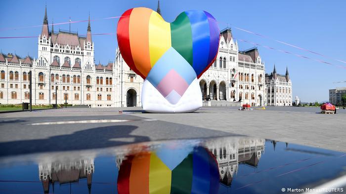 BdTD l riesiger Regenbogen-Ballon gegen das Anti-LGBT-Gesetz in Budapest