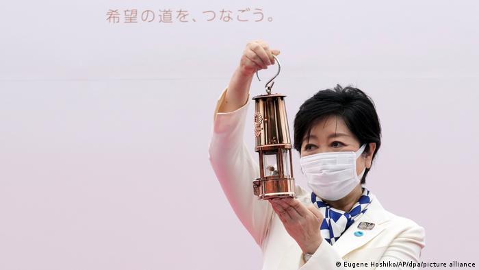 Губернаторка Токіо Юріко Коїке з олімпійським вогнем