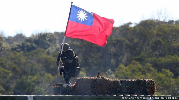 Taiwan Hsinchu County  Soldat mit Flagge