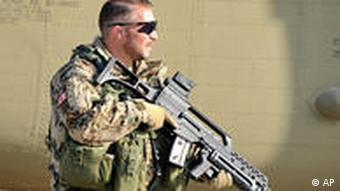 Ein deutscher Soldat steht mit einer Waffe auf dem Flugfeld (apn)