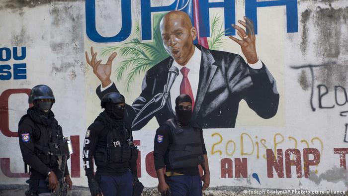 Policía se encuentra cerca de un mural en el que aparece el presidente haitiano Jovenel Moïse, cerca de la residencia del dirigente donde fue asesinado.