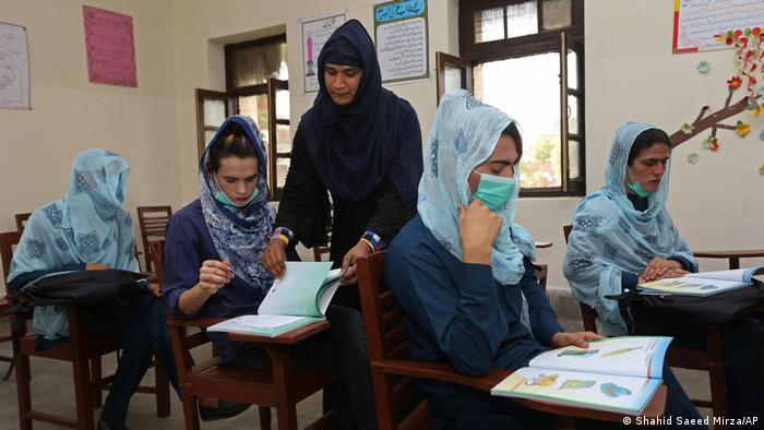 استادان در اولین مکتب رسمی تراجنسی های پاکستان، خودشان ترانسجندر هستند.