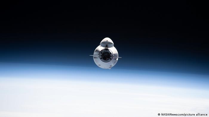 Грузовой космический корабль Cargo Dragon 2 перед стыковкой с МКС