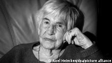 Esther Bejarano, deutsch-jüdische Überlebende des Konzentrationslagers Auschwitz-Birkenau, sitzt in einem Sessel in ihrer Wohnung. Am 15.12.2019 wird Bejarano 95 Jahre alt. (zu dpa ««Kein Tag, an dem ich keine Angst hatte» - Esther Bejarano wird 95») +++ dpa-Bildfunk +++