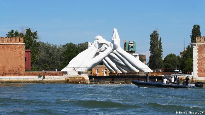 """Italien Venedig   G20 - Skulptur """"Building bridges"""""""