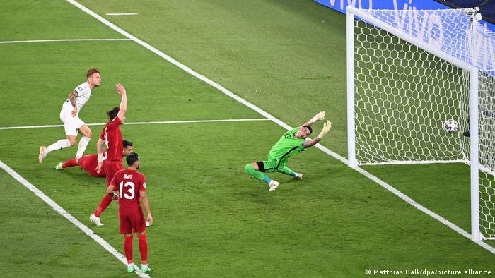 ایتالیا در دیدار افتتاحیه جام ملتهای اروپا موفق شد اقتدار خود را به نمایش بگذارد و ترکیه را با نتیجه ۲ بر صفر شکست دهد. تصویری از گل دوم ایتالیا مقابل ترکیه که توسط ایموبیله (پیراهن سفید) به ثمر رسید.