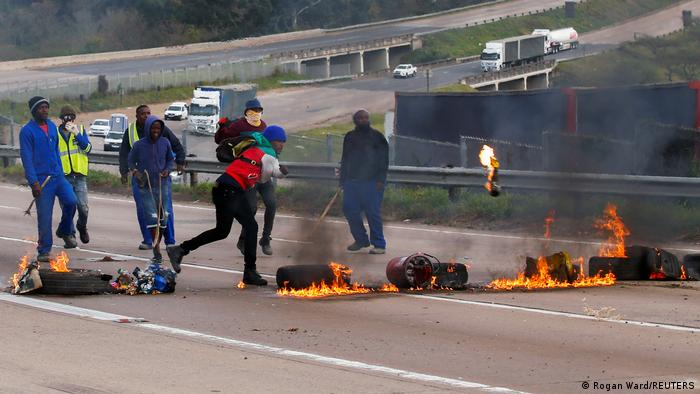 Mit brennenden Autoteilen blockieren Zuma-Anhänger eine Schnellstraße in Peacevale
