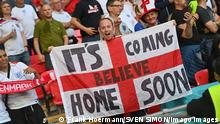 EURO 2021, Die Highlights Englische Fans im Fanblock, jubeln, Feature, Symbolfoto, Randmotiv, Fans mit Fahne, Halbfinale, Spiel M50, England ENG - Daenemark DEN 2:1 n.V. am 07.07.2021 in London / Wembley Stadion. Fussball EM 2020 vom 11.06.2021-11.07.2021. *** English fans in the fan block, cheer, feature, symbol photo, border motif, fans with flag, semi-final, match M50, England ENG Denmark DEN 2 1 n V on 07 07 2021 in London Wembley Stadium Football EM 2020 of 11 06 2021 11 07 2021