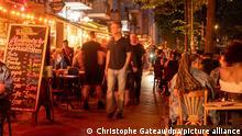 10.07.2021, Menschen sitzen in Restaurants und Bars in Berlin-Friedrichshain.