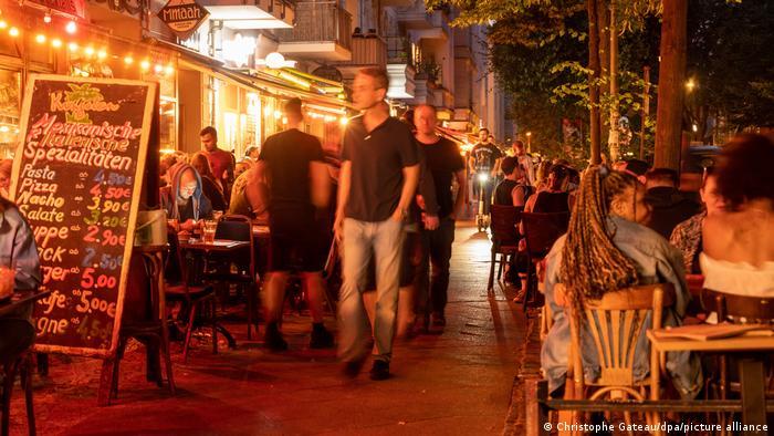 Pessoas em restaurantes e bares em foto noturna em Berlim