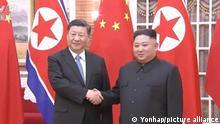 Kim-Xi summit in Pyongyang Chinese President Xi Jinping (L) shakes hands with North Korean leader Kim Jong-un prior to their summit talks in Pyongyang on June 20, 2019, in this image captured from footage of China's CCTV. (PHOTO NOT FOR SALE) (Yonhap)/2019-06-21 05:43:32/