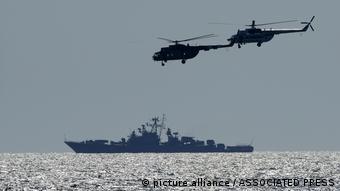 Вертолеты и корабль на учениях в Черном море