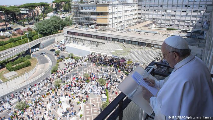 Papst Franziskus, der vom Blakon auf die Gläubigen herunterschaut