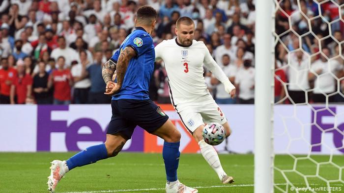 دو دقیقه از آغاز بازی بیش نگذشته بود که سفیدپوشهای انگلیس حریف را شوکه کردند. لوک شاو (شماره ۳) سانتری را که روانه دروازه ایتالیا شده بود، از فاصلهای کوتاه وارد دروازه کرد تا تیمش یک بر صفر جلو بیافتد.