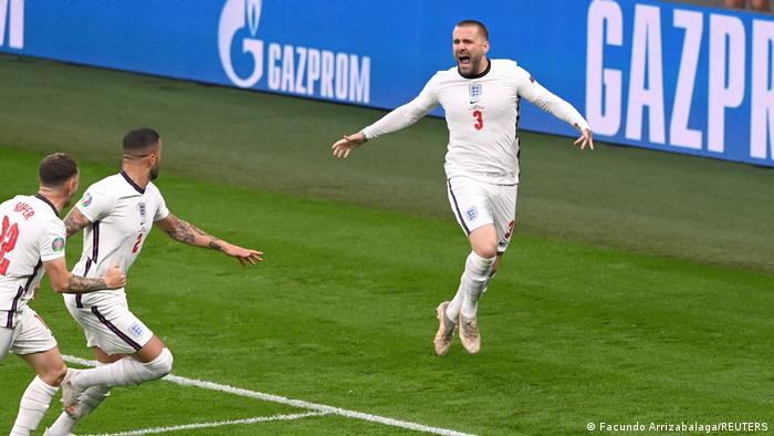 شادی لوک شاو (راست) و دیگر ملیپوشان انگلیس از گل زودهنگام مقابل ایتالیا.
