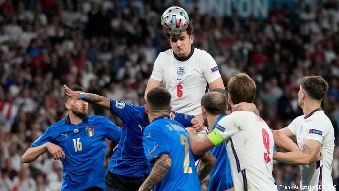 انگلیس در یک ربع پایانی بازی تلاشهای تهاجمی خود را تشدید کرد و ایتالیا نیز سعی در به ثمر رساندن گل پیروزی داشت، اما تلاشهای دو تیم پس از ۹۰ دقیقه وقت قانونی در نهایت با تساوی یک بر یک به پایان رسید و این دیدار به وقت اضافه کشیده شد.