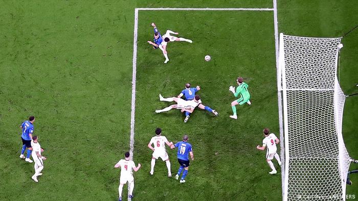 در دقیقه ۶۷ ایتالیا سرانجام توانست نتیجه تلاشهای خود را بگیرد و به گل تساوی دست یابد. در جریان یکی از حملات این تیم بود که توپ به لئوناردو بونوچی (شماره ۱۹) رسید و او نیز از فاصلهای کوتاه توپ را درون دروازه انگلیس جای داد.