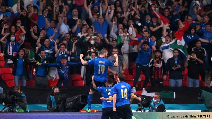 شادی ملیپوشان ایتالیا و هواداران این تیم از به ثمر رسیدن گل تساوی مقابل انگلیس.