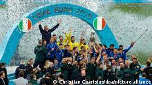 Fußball: EM, Italien - England, Finalrunde, Finale im Wembley-Stadion. Italiens Spieler jubeln nach dem Spiel mit dem Pokal.