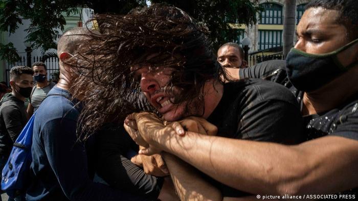 Manifestante é levado por policiais à paisana