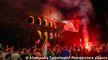 """*** Dieses Bild ist fertig zugeschnitten als Social Media Snack (für Facebook, Twitter, Instagram) im Tableau zu finden: Fach """"Images"""" —> Weltspiegel/Bilder des Tages *** Italy's fans celebrate in front of the ancient Colosseum in Rome, Monday, July 12, 2021, after Italy beat England to win the Euro 2020 soccer championships in a final played at Wembley stadium in London. Italy beat England 3-2 in a penalty shoutout after a 1-1 draw. (AP Photo/Alessandra Tarantino)"""