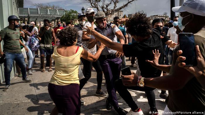 Силовики разгоняют демонстрантов в Гаване, 11 июля 2021 г.