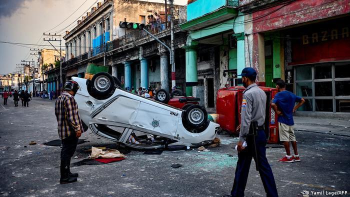Umgeworfenes Polizeiauto in Kubas Hauptstadt Havanna
