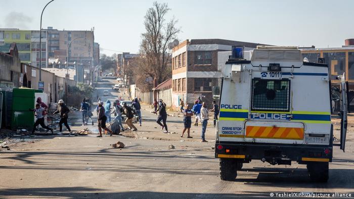 Auseinandersetzungen zwischen Demonstranten und der Polizei in Johannesburg