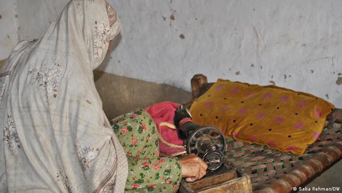 باسوالیها میخواهد فرزندانش از آموزش مناسب برخوردار شوند. او به دویچه وله میگوید: «آسان نبود. زمانی رسید که فکر کردم زندگیام بیحاصل است و نمیتوانم در این جامعه زنده بمانم.» او افزود که زنان حتی اجازه ندارند به تنهایی وارد بازار محلی مهمند شوند. این زن خیاطی را تنها چاره خود خوانده و میگوید، برای دوخت یک پیراهن زنانه بین ۱۵۰ تا ۲۰۰ روپیه مزد میگیرد.