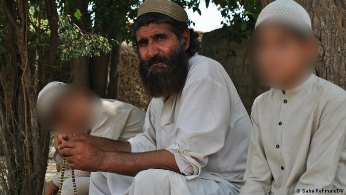 هزاران خانواده در مناطق قبیلهای در شمال و شمال غرب پاکستان قربانی خشونت افراطگرایان شدهاند. عبدالرزاق، شوهرخواهر باسوالیها میگوید، روز کشته شدن عبدالغفران در حمله طالبان را بهخوبی به یاد میآورد. او ابراز امیدواری میکند که مناطق قبیلهای دوباره به جولانگاه آشوب و خشونت تبدیل نشود.