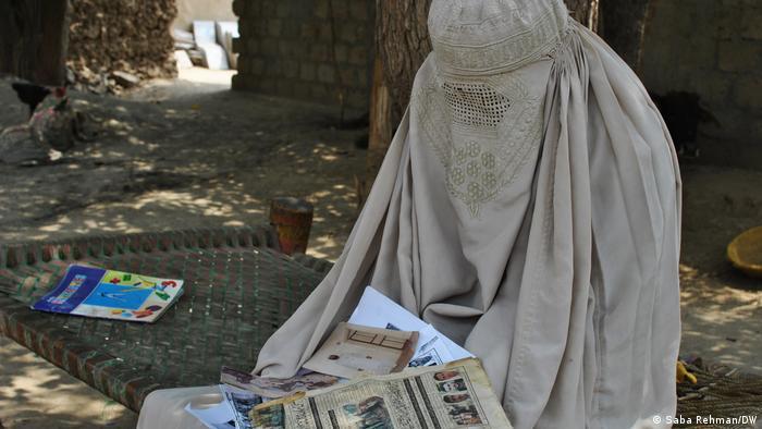 زندگی برای زنان قبایل پاکستان در شرایط عادی نیز به اندازه کافی سخت است. اما وقتی باسوالیها، بیوهای ۵۵ ساله از همین خطه پسر و همسرش را در حملات تروریستی سالهای ۲۰۰۹ و ۲۰۱۰ از دست داد زندگیاش دردناکتر شد. او در غالانائی در ناحیه قبیلهای مهمند پاکستان که با افغانستان هممرز است زندگی میکند. این منطقه بعد از حمله نیروهای تحت رهبری آمریکا در سال ۲۰۰۱ بهشدت از سوی شبهنظامیان طالبان آسیب دید.