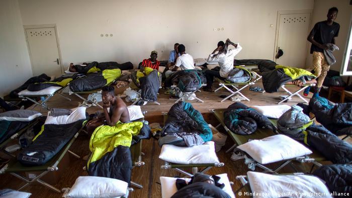 لاجئون في مركز لإيواء اللاجئين في قرية ليتوانية