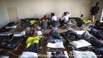 Беженцы в одном из пунктов их размещения в Литве
