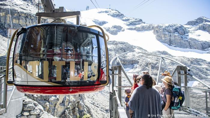 Schweiz | Touristen warten auf Rotair Titlis Seilbahn