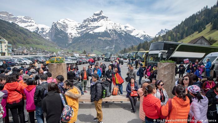 Schweiz | Chinesische Touristen warten im Mai 2019 auf die Bergbahn des Titlis