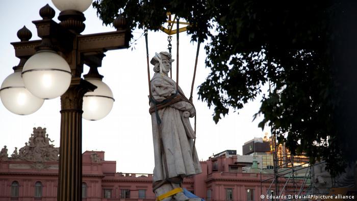 Sacan estatua de Colon en Buenos Aires.