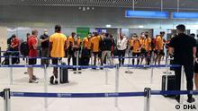 Fussball-Spieler der SuperLig-Mannschaft Galatasaray sind am Flughafen in Athen.