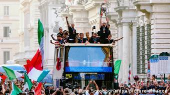 Рим встречает сборную Италии по футболу после возвращения из Лондона, где она завоевала титул чемпиона Европы