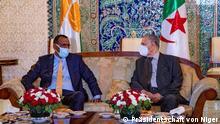 Ankunft des Präsidenten von Niger Mohamed Bazoum in Algier am 12. Juli 2021. Er wurde am Houari Boumediene International Airport in Algier vom Präsidenten des Rates der Nation, Saleh Goudjil, begrüßt. Urheberrecht: Präsidentschaft von Niger